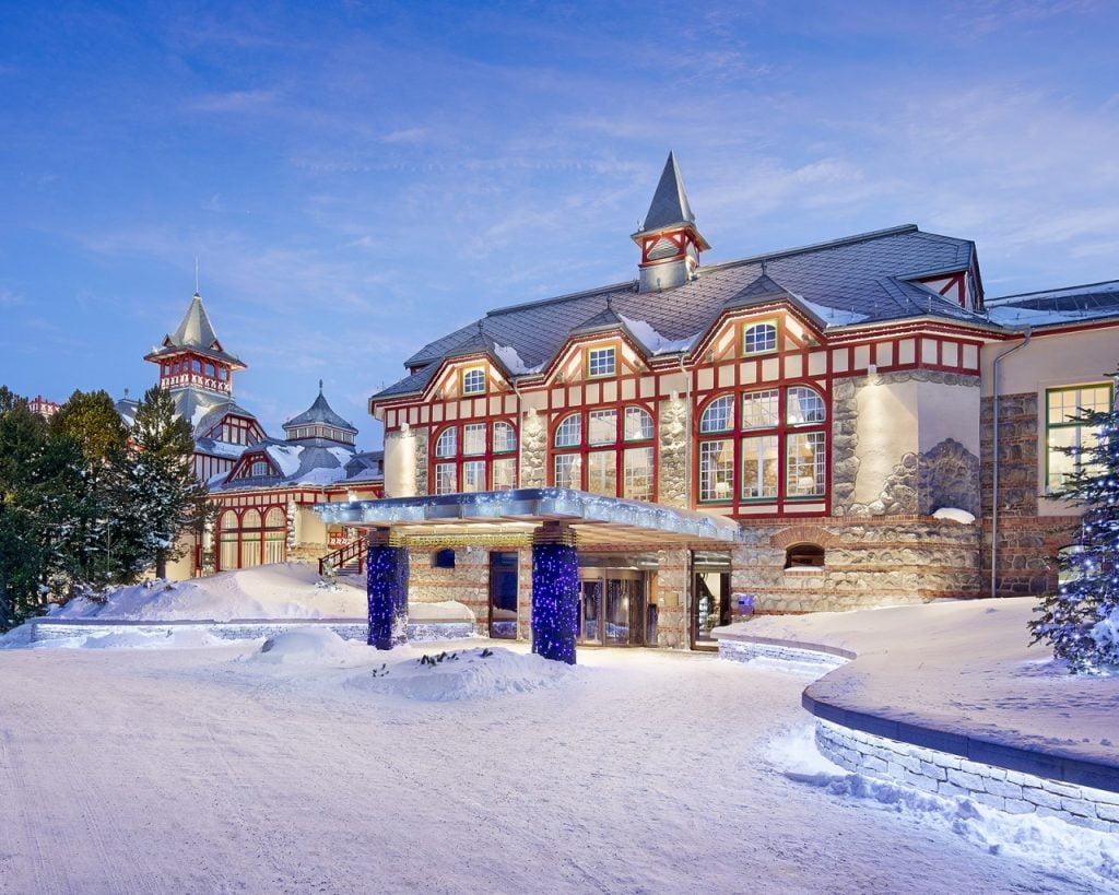 Hotel-Entrance-Winter