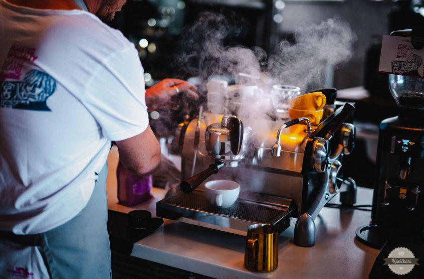 Ľudia stoja kvôli káve na pumpe pri automatoch, ale kvalitné podniky vám ju nemôžu predať. Aká je situácia na Slovensku?