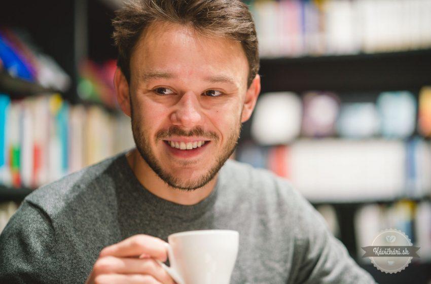 Spisovateľ, ktorý píše príbeh kávy s pridanou hodnotou