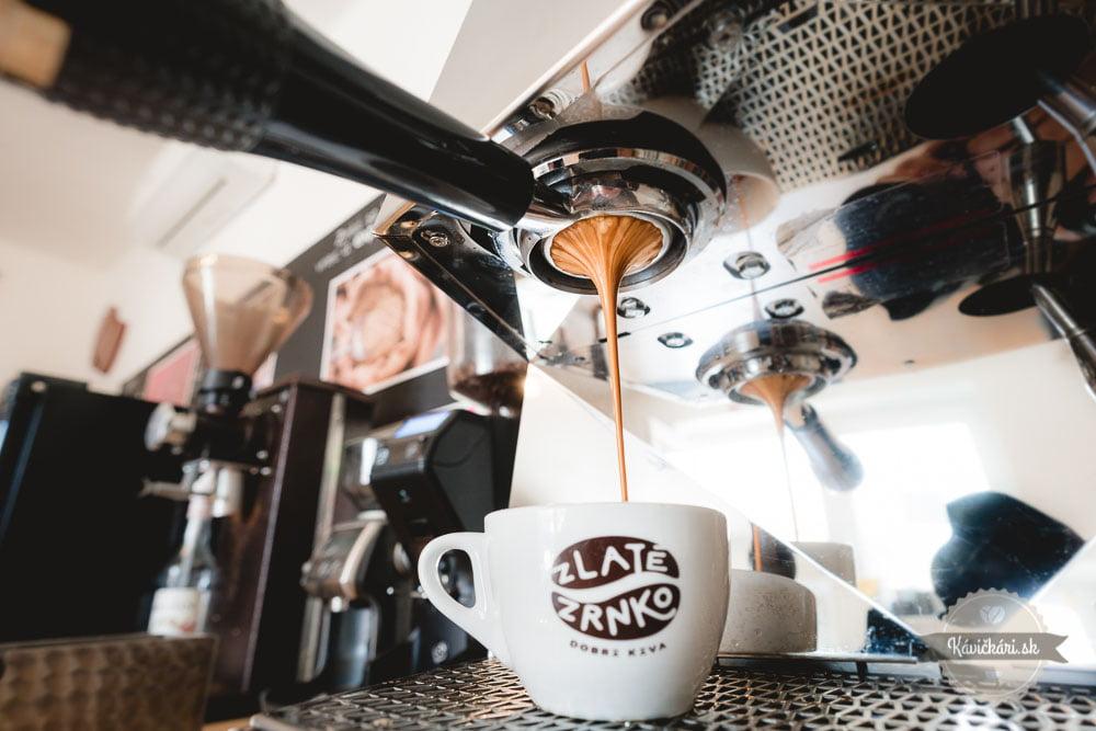 zlate-zrnko-kava-kavovar