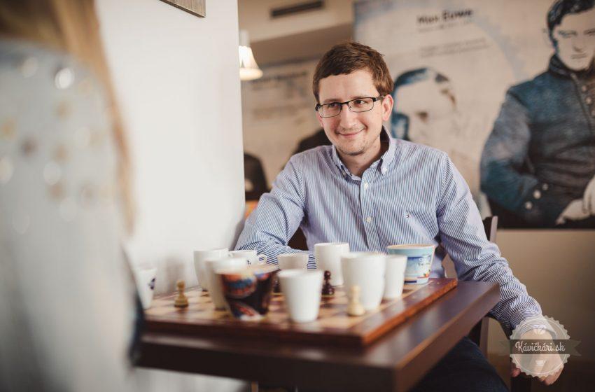 Šachy a káva – ideálne spojenie