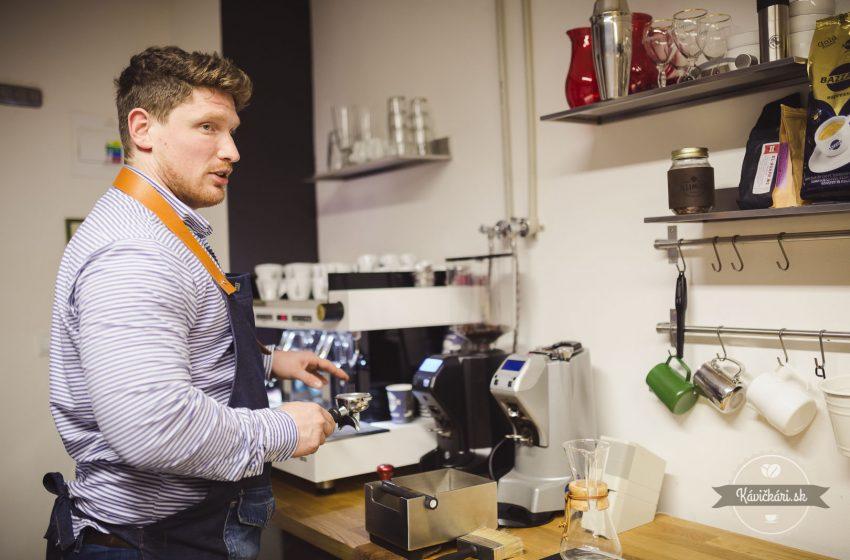 Šimon Staš: Kávičkár v zástere od babky