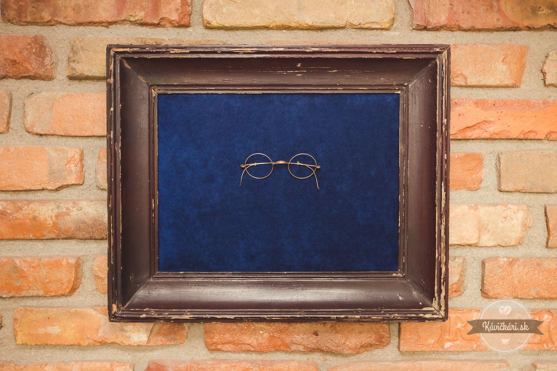 detail okuliarov v reštaurácií zwicker