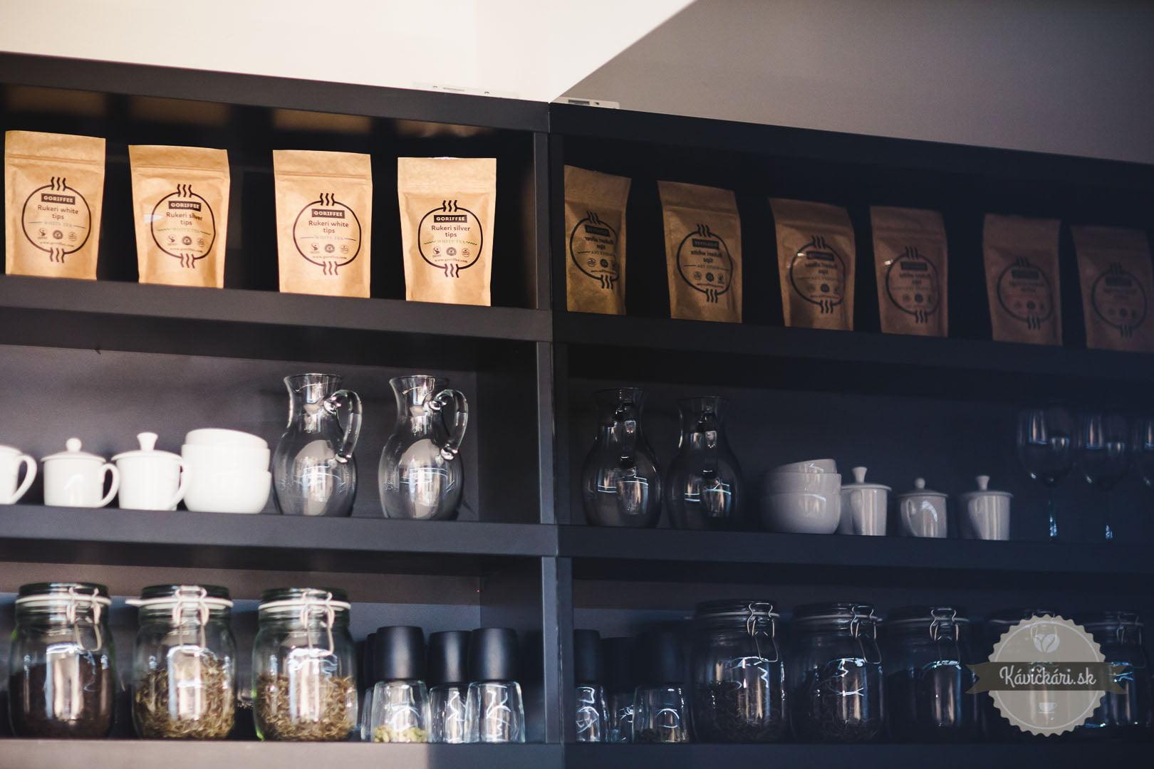 Garuka a sortiment čajov v kaviarni