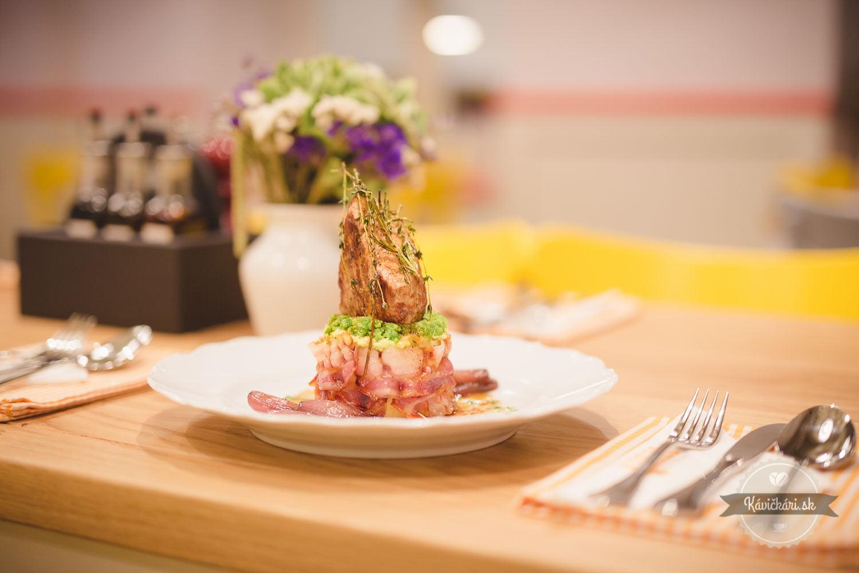 Bravčová panenka na pučených zemiakoch a hrášku s opečenou šalotkou na víne a balzamiku