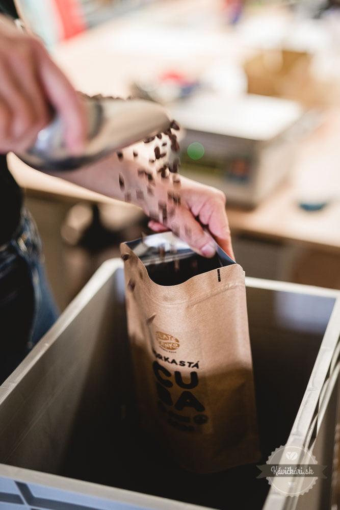 balenie-kavy-zlate-zrnko