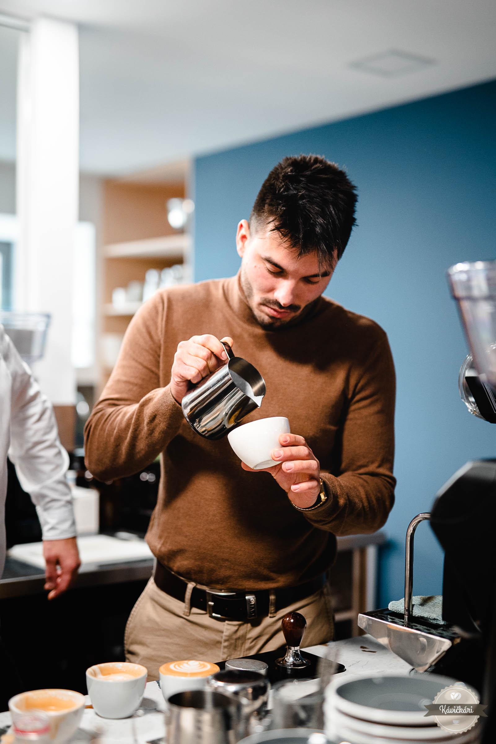 Ak by sme mali v skratke zhrnúť ich pracovnú náplň, najlepšie by ju vystihli slová: starajú sa o to, aby ľudia boli spokojní. Ak by sme to mali rozmeniť na drobné, Matúš Gulbiš a René Hauser sa starajú o dodávanie kávy – Bazzara i Mlsnacava –, servis technológií, školenia baristov, učiť klientov hľadať ľudský prístup, ale napríklad aj rozmýšľať pri práci. Je to pre nich ešte zamestnanie, alebo už poslanie? Ako vyzerá ich bežný deň? A vôbec – existuje niečo také, ako bežný deň? Aj toto sa dozviete v našom rozhovore s chalanmi z Bottovej.