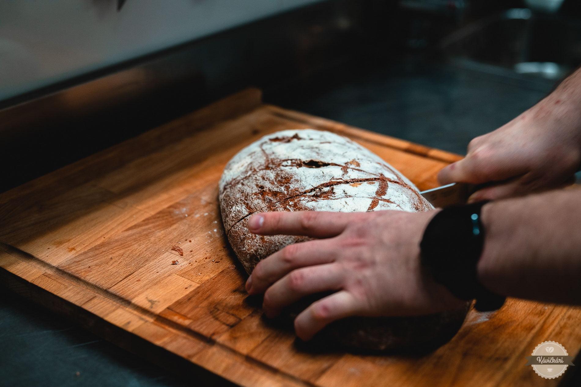 krone-svaty-jur-kavickari-chlieb