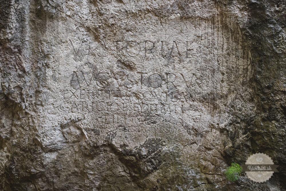 Nápis na skale Trenčín