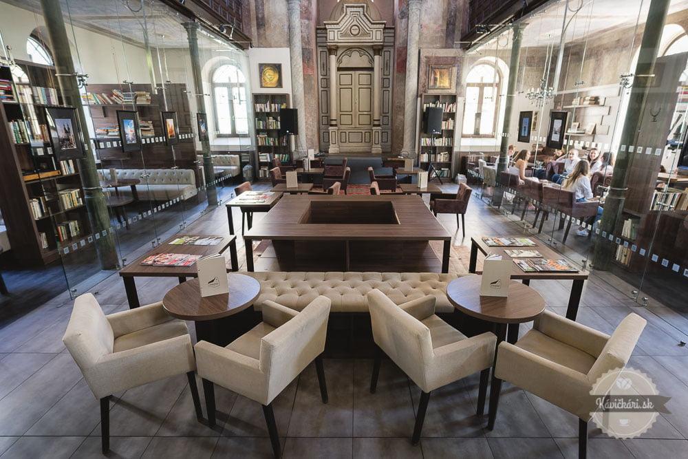 kaviareň Synagóga v Trnave boxy