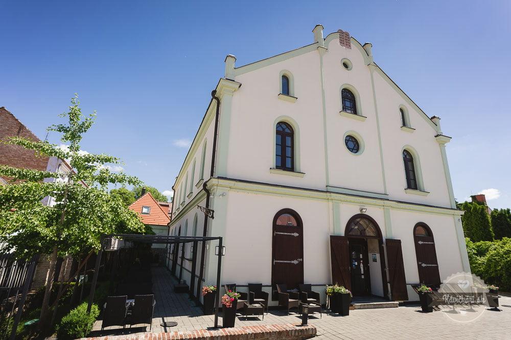 kaviareň Synagóga v Trnave exteriér