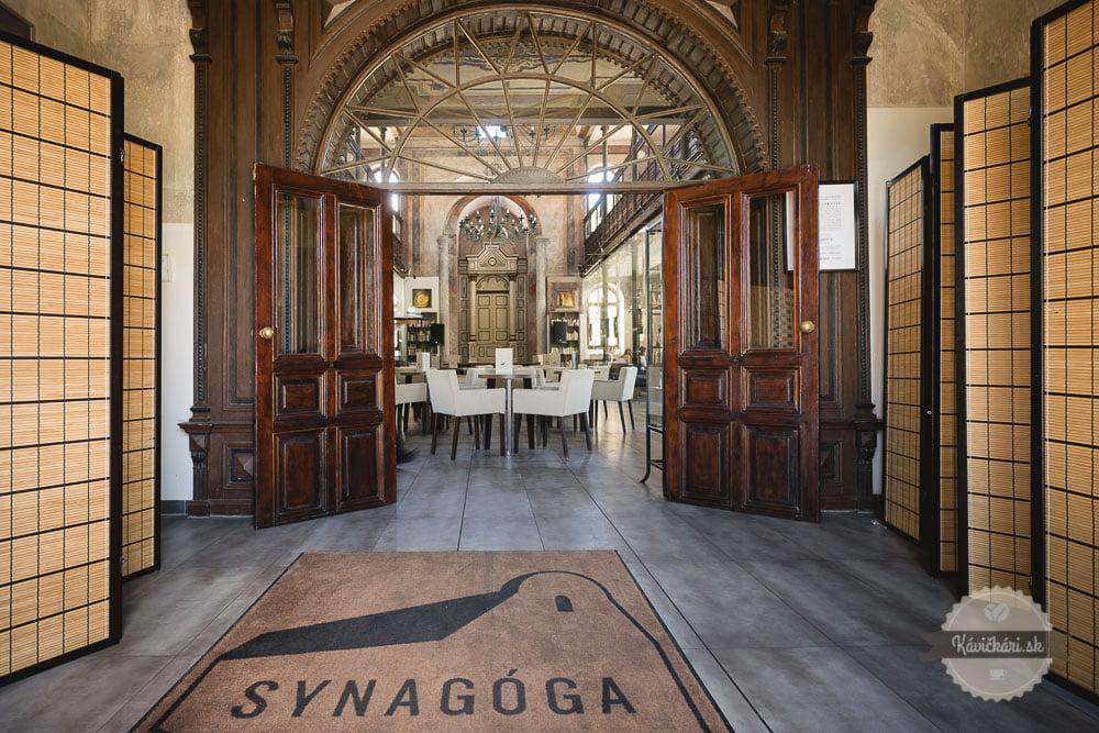 kaviareň Synagóga v Trnave vstup