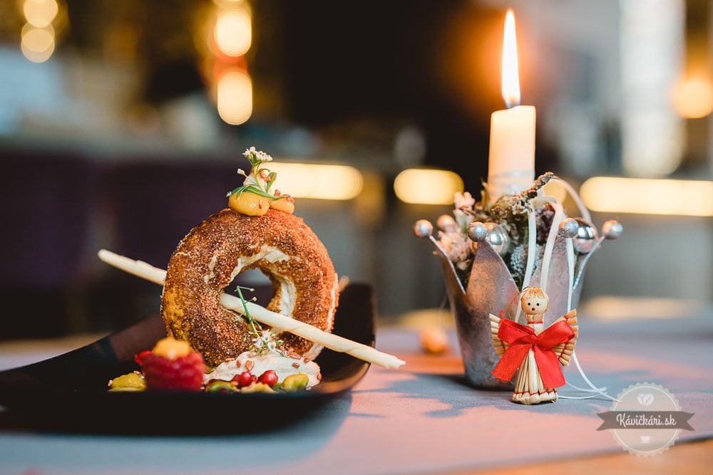 Foie gras s figovým čatní, daniel s datľovou omáčkou či neodolateľná chrumkavá rolka plnená gaštanmi. Šéfkuchár charizmatickej bratislavskej reštaurácie Korzo, Miloslav Pabiš, nám dovolil nazrieť do kuchyne a podelil sa tiež s receptami, aby ste si tieto delikatesy mohli pripraviť aj sami doma. Zahaľte chute neskorej jesene do slávnostného šatu a naservírujte svojim hosťom vyladené nedeľné menu ako stvorené na adventné obdobie.