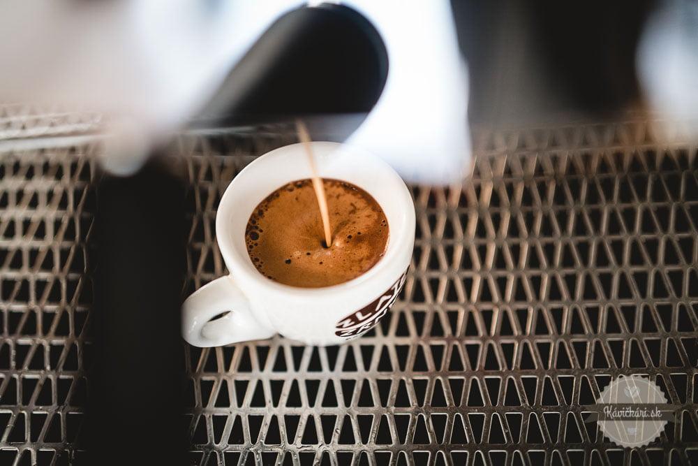 príprava-kavy-espresso-zlate-zrnko